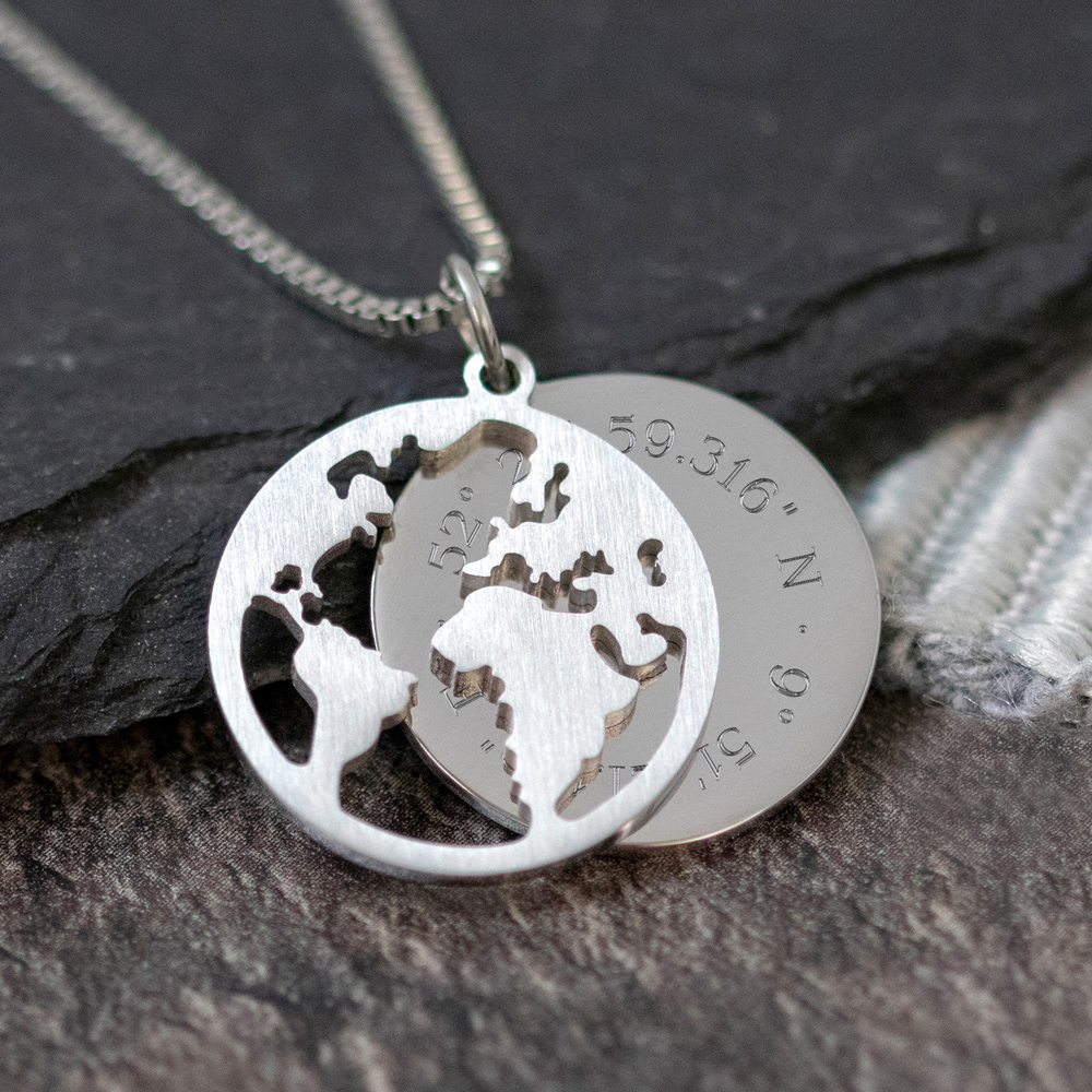 Halskette mit Gravur - Globus und Geokoordinaten - Silber - Personalisiert